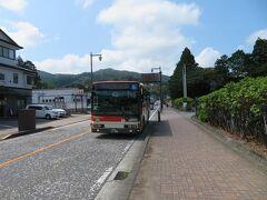 箱根登山バスに乗って箱根神社へ向かいます。