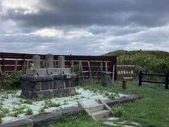 途中にある会津藩士の墓。 それにしても、風が強い。。。