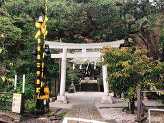 江ノ電で長谷に移動します。 大仏には寄らずに御霊神社へ。 線路越しに見る鳥居が好きなのです。