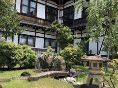 お庭も散策しました。裏側から見る奈良ホテルの建物。