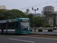 相生橋を走る広電路面電車 本線は本川町、十日市、土橋と続きます
