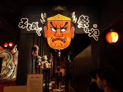 19:00~ 青森四大祭りのショー(約40分)  会場のみちのく祭やの入口。  チケットなしでも入場できるくらいの人気でした。 この時点ではつまんなかったら途中で抜け出す作戦です。