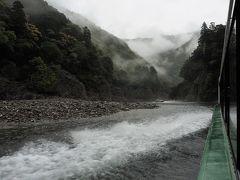 瀞峡ウォータージェット船  時速約40kmで運航します。 小雨が降っていたため、下瀞(瀞八丁)に到着後も船の屋根は開きませんでした。   瀞八丁:https://ja.wikipedia.org/wiki/%E7%80%9E%E5%85%AB%E4%B8%81