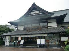 かまぼこの里にはいくつかのレストランや喫茶も併設されている。古い建築物を移築して店舗にしている。かまぼこ作りに使用している名水が料理に使用されている。冷たいそばでリフレッシュ。