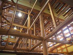 駅に戻ってバスを待ちます。 立派な駅舎の中身は、立派な木の柱と梁の組み合わせとなっておりました。柱に杉、梁に松を多く使用しているとの事。