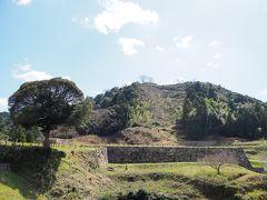 石垣が見えるこの辺り、山中御殿と呼ばれる一帯で城主の御殿などがあった場所で、右側の石垣が見切れている先に大手門があったと想定。