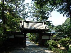 御門。 京都・平安神宮近くの寺院・西方寺に在った江戸時代の宝暦5(1708)年頃に造られた門です。三溪園には大正時代の初めごろに移築されました。 戦前、三溪園では、一般に開放されていた外苑に対して、内苑は原家の私的なエリアとして使用され一般の人は立ち入る事が出来ませんでした。その境界にあった建物がこの御門です。 この先にある臨春閣は当時、豊臣秀吉が建てた桃山時代の聚楽第の遺構とされ、「桃山御殿」と呼ばれていた為、この門も「桃山御門」または「桃山御殿門」と呼ばれていました