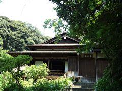 月華殿(重要文化財)。 徳川家康が慶長8(1603)年に京都伏見城内に建てた諸大名の控えの間であったと伝えられています。内部には海北友松筆とされる障壁画や菊の透かし彫り欄間が見られます。 三溪園へは大正7(1918)年に、京都・宇治の三室戸寺金蔵院から付属していた茶室・現在の春草廬とともに移築されました