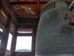 お隣の方広寺へ 徳川家の言いがかり(ということ)で有名な梵鐘  火災で焼け落ちていなかったら、奈良の大仏さまより大きい大仏さまを拝めたのにね