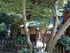 金毛窟。 原三溪の構想によって大正7(1918)年に建てられた一畳台目、すなわち一畳と約4分の3の大きさの畳からなる極めて小さな茶室で、月華殿と連結されています。 金毛窟の名前は、床柱に京都・大徳寺の三門・金毛閣の高欄の手すりの古材を用いている事にちなみます。  此処は近寄れない部類に入ります、茶室はどれもそうかも