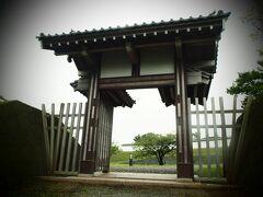 天神坂門。かつて城内へ通じる坂は馬出口・天神坂・馬坂・湯殿沢口、新坂の5ヶ所だったが、そのうちの一つ。細い風情ある石段が続き、三の丸跡への入口に天神坂門が建つ。(HPより)