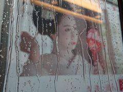 ピーカンだった大阪を出た新幹線が京都駅に滑り込むとこちらは土砂降り。  舞妓はんも涙顔。