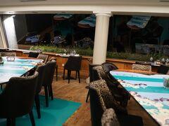 ホテルのレストランで夕食。 牡蠣と白ワインを頂きました。 ここで新婚旅行中の職場の後輩にばったり遭遇するというミラクルがおきました。