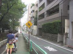公園の脇の東郷坂を下っていきます