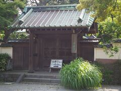 お次は英勝寺。  入り口はもう少し先のようです。