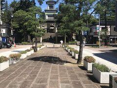 長町武家屋敷界隈を存分に堪能したところで、六の橋を東に曲がって尾山神社まで歩いてきました。