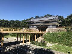 尾山神社の奥から金沢城公園へ架かっている鼠多門橋と鼠多門。 2020年7月に復元が完了したばかり。