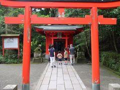 階段を中段あたりまで上ると・・・。  「曽我神社」がありますよー。