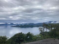 向かう途中に十和田湖の展望台があったので寄る。  見晴らしがよくてよかった。 でもめっちゃ雲。