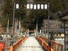 洞川温泉街をぶらぶら歩きます。 写真の鳥居向こうの神社は 日本の三大弁天の宗家とされるこの天河大辨財天社 水の精の辨財天女を祀る芸能の神様として有名な神社です。