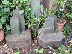 アリマストンビルの向かいに建つ亀塚稲荷神社に残る板碑。 拝殿手前には、秩父青石に刻まれた板碑が5基建っています。上部に記号が刻まれ山型をした板碑には、1266年、1313年、1361年と造られた年が刻まれていて、700年前の歴史とロマンが感じられます。