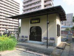 浄土宗寺院・願海寺。 桜田通りに面していて、入口にある階段から鉄筋コンクリート造りの本堂まで30mほどの参道には、手入れされた萩やサルスベリ、ふようなどの草花が植えられていました。本堂前に建つ七観世音堂には、7体の金色の観世音菩薩が祀られていました。