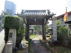 曹洞宗寺院・慈眼寺。 木造山門の梁に小さな仁王像がのっていました。鉄筋コンクリート造りの二階建て本堂の前に小さな鐘楼もありました。