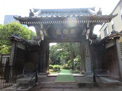 曹洞宗寺院・常林寺。 桜田通りと聖坂の間にある道沿いに建っています。山門と本堂は木造で趣があり、本堂手前には達磨の石仏が置かれています。三田に建つ寺はこじんまりした寺が多いですが、この寺の境内は紅葉や松などの木々が多数植えられていて、緑豊かな庭園のようで見応えがありました。境内の中央には、狛犬ならぬ獅子に守られた彫り物が立派な石塔が建ち、塔に造られたガラス張りの空間には白い石の像が安置されていました。寺巡りの際にはぜひ訪れてほしい寺です。