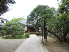 浄土宗寺院・実相寺。 亀塚公園の向かいに建っています。聖坂に面して山門があり、参道を下っていくと木造瓦屋根の本堂があります。境内には手入れされた松などがあり、本堂の右奥に墓地が広がっています。会津藩主保科家の墓所があるのが特徴です。墓地から東京タワーが見えるくらい高台に建つ寺です。