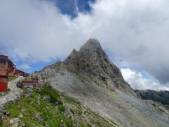 槍ヶ岳山荘に到着すると小雨が降り始めたので、槍ヶ岳に登るのはやめようかと思いましたが、少し休憩していたら晴れてきたので登ることにしました。