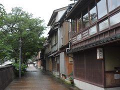 まずは車を停めて浅野川沿いの、細い路地と千本格子が続く情緒溢れる主計町茶屋街を散策