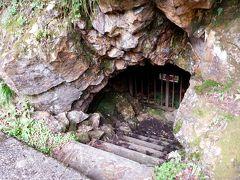 こちら「夏知らず」という洞窟?の入り口。見てのとおり中には入れませんが、めつめたい風が吹き出てきます。冷蔵庫か?と思うくらい。ここで一休み。