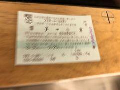 揺れる車内でのぼけぼけの写真ですが。  博多から小倉に来る時はネットで予約できたのに、昨日、小倉から博多行きの特急乗車券のネット予約ができませんでした。台風だから予約させないようにしたのでしょう。仕方がないので、昨日、一旦ホテルに戻ったのに、また、金券ショップに出かけて、切符を購入。1450円。とりあえず切符があれば安心。雨さえ降ってないのに、超大型台風が来ると、ニュースでは騒ぎ立てています。本当に台風来てるの?と思いながら乗車。  博多近くになって雨が降り出しました。とりあえず博多まで着いていれば何とかなるでしょう。小倉から40分で博多着。