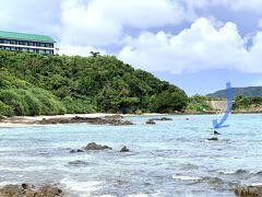 夢中で魚を追って、  前日ランチしたレストランの下まで来ました。  矢印が私です。(夫撮影)  帰りは疲れて、 砂浜がある所は歩きながら泳いで戻りました。  楽しくていつの間にか1時間も経っていたのです~(汗)  沖縄などのリゾートホテルのように 遊泳エリアが限定されていないぶん自由ですが、  ライフガードもいなく 自己責任なので、無理はできません。  お魚の写真が無くてすみませんm(._.)m