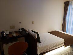 港から宿まで車で約1時間でやっと到着!  『HOTEL SANDALWOOD』 https://www.hotel-sandalwood.com/about/ 宿がキレイで、ご飯も美味しいと評判でこちらの宿にしました。 照明が素敵☆でも少し暗い・・・←わがまま
