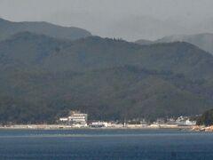 鮎川港の海上からの眺め。