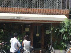 次のお目当てのお店「ラヴニュー」へ。 パールストリート沿いにありました。 ここも評判がいい超人気のケーキ屋さんということで行ってみたかったのです。