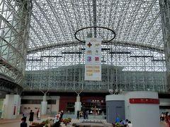 今度は金沢駅へと向かいます 目的はこちらの駅舎 世界で最も美しい駅14選に日本で唯一選ばれた駅舎です。 「もてなしドーム」と呼ばれているガラス張りの天井アーチは、まるで巨大なオブジェのよう。