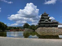 国宝松本城に白い雲が映える