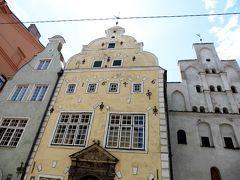 三人兄弟の家。 長男が白で、次男が黄色で、薄緑色が三男と言われています。  三兄弟が作ったから三人兄弟の家というわけではなく^^、時代順に応じた建築様式から「3人兄弟の家」となったようです。一番右側の兄貴格は15世紀に建てられたリーガ最古の一般住宅で、中央の次男格は17世紀建築のオランダのマリエリスム様式の住宅、一番左側の末っ子は17世紀末建築のバロック様式の住宅だそうです。