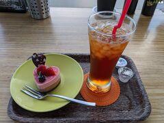 Sea Birds Cafeでケーキセット。 本日のケーキはベリー&ストロベリーのケーキ+アイスティー