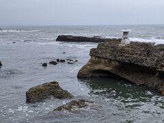 波の浸食で岩のブロックが残っています。