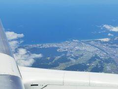 鳥取の手前にある湖山池が見えます。写真の右側にある白いところが鳥取砂丘です。