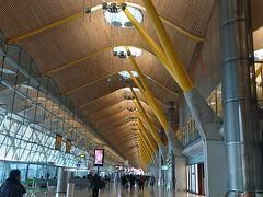バラハス空港からair Berlin でテーゲル空港へ。 今調べてみたら、2017年で破綻、運行停止したらしい。。 ベルリン テーゲル空港は首都にありながらショボい空港で有名。 レトロな感じで私は好きです。 新空港を建設中なものの開港は伸びに伸びて今年の10月末みたいです。
