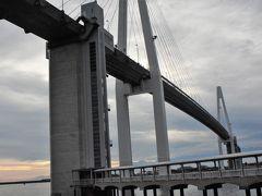 新湊大橋は総延長はアーチ部分も含めて3.6km、橋を支える主塔の高さは127m、海上に架かる主体部分が600m。 斜張橋としては日本海側最大級で上は車道、下は歩行者通路の2層構造になっています。