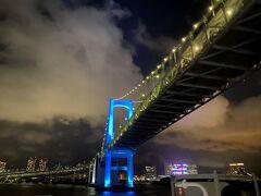 定刻の午後10時、竹芝桟橋を出発。  高層ビルを過ぎて、目に飛び込んできたのはレインボーブリッジ。 すぐ真下を通って、お台場、そして羽田空港を過ぎる。