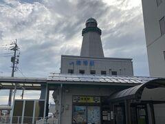 羽田から米子鬼太郎空港行きのANAフライトの減便により土日フルで現地で遊ぶプランが崩れ去る。土曜日の始発便では隠岐行のフェリーに間に合わないので、金曜日の午後便に変更。  米子空港到着後、境港行のローカル線へ乗り継ぎが10分くらいしかなく、降機後猛ダッシュで駅へ。必死に走って息切れしたが間に合った。 空港から町までの公共機関、リムジンバス以外はリンクしていないことが多い。需要もあまりないのだろう。