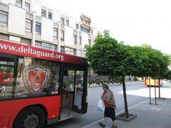 新市街のマルノ・ポレ公園付近のバス停で下ろしてもらった。