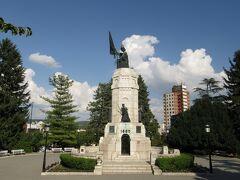 すぐ近くに「ブルガリアの母Майка България」の記念碑がある。