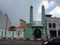 色がとてもかわいいジャマエ・モスク。  モスクやら寺院やら、やはり多民族国家なのだということを実感します。
